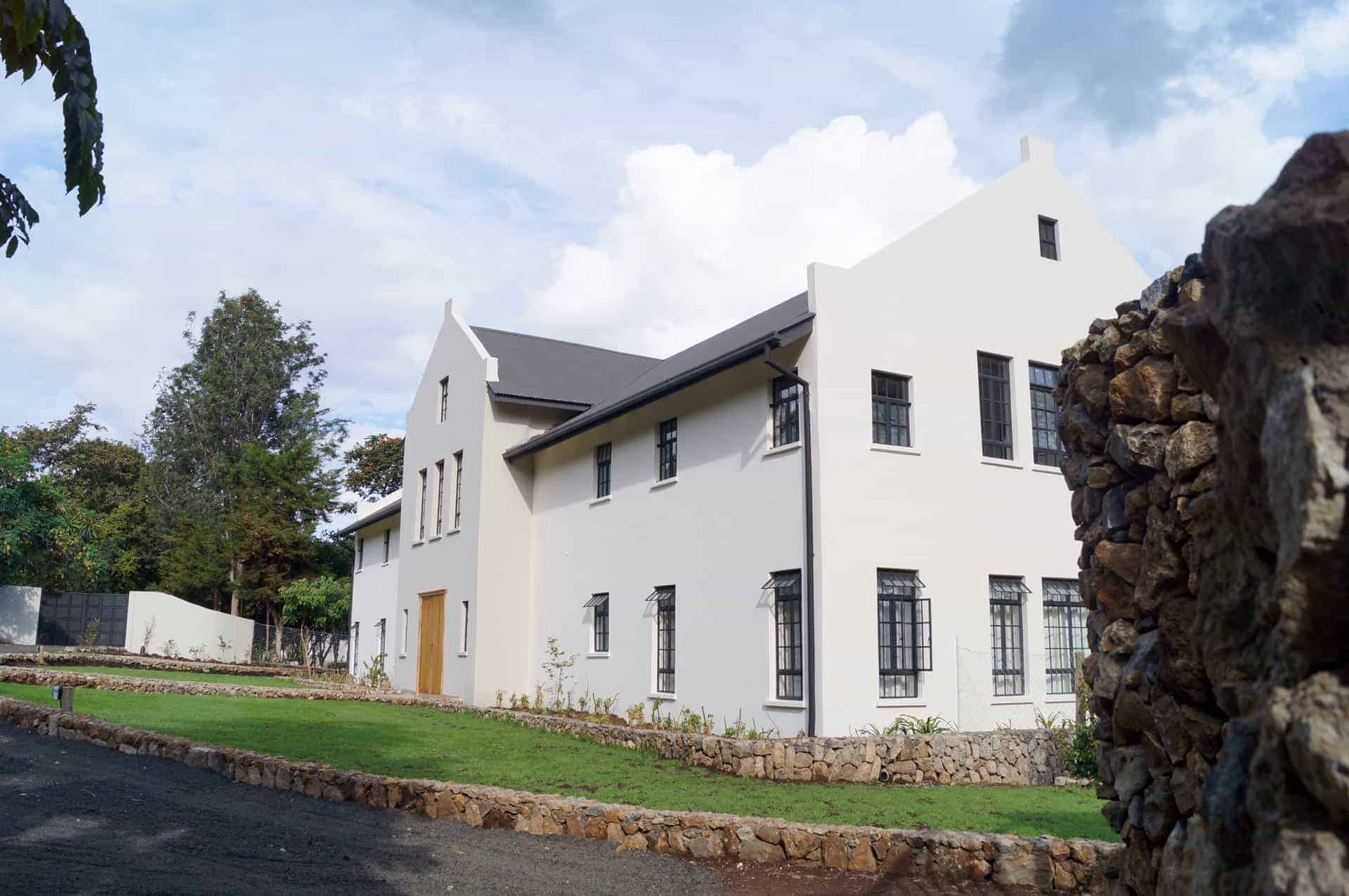 Nieuwbouw woning met witte gevel en donker dak architecten