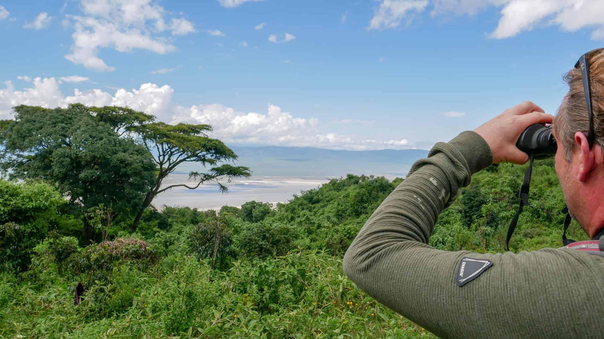 uitzicht over Ngorongoro krater met verrekijker
