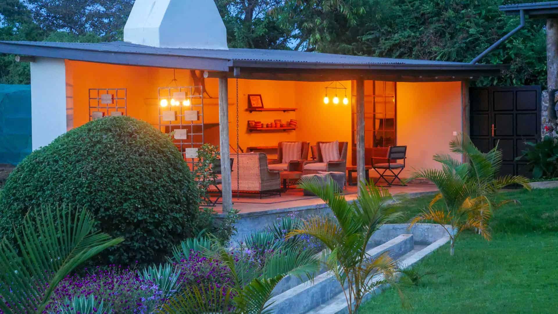lounge Arusha Villa bij avond